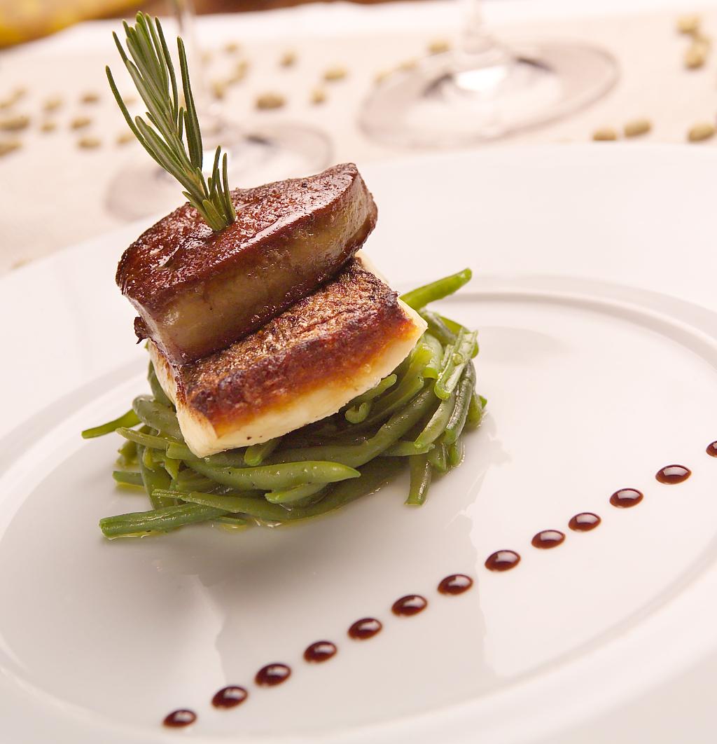 Filetto di spigola bruschettata con scaloppa di fegato grasso e fagiolini. Riduzione di balsamico e caffè Java WIB